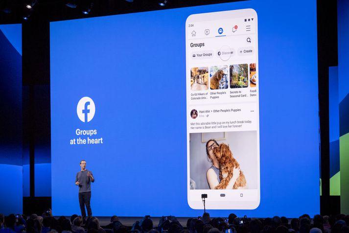 Mark Zuckerberg sést hér á kynningunni í dag ræða um þær breytingar sem gera á á Facebook-appinu.