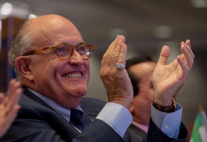 Opinberar yfirlýsingar Giuliani hafa oft þótt undarlegar. Nú virðist hann viðurkenna að ásakanir Trump um njósnir séu almannatengslaherferð.