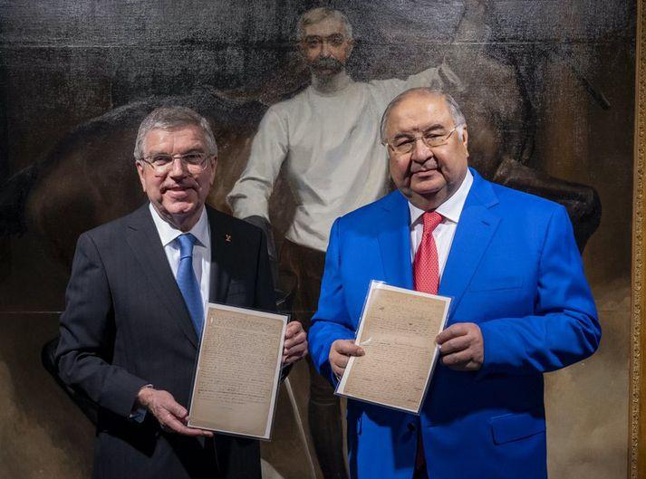Alisher Usmanov og Thomas Bach, forseti Alþjóðaólympíunefndarinnar, með handritið.