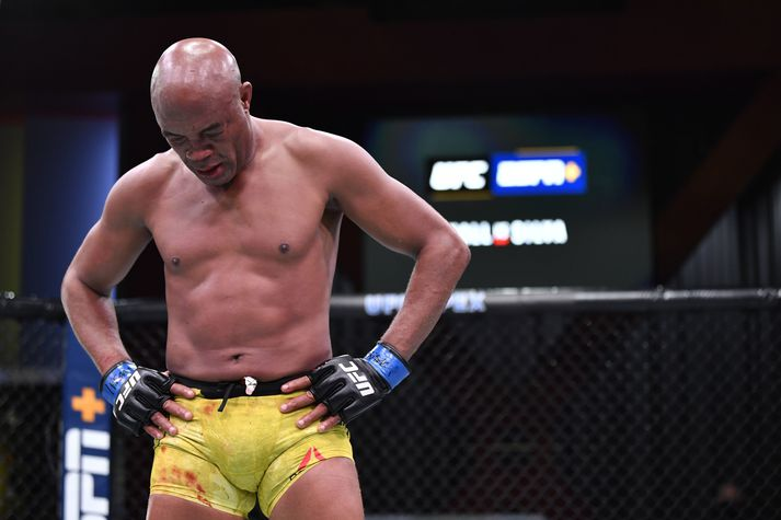 Anderson Silva niðurlútur eftir síðasta bardaga sinn á ferlinum, allavega í UFC.