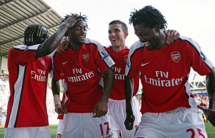 Emmanuel Adebayor fagnar marki með Alexandre Song og fleiri liðsfélögum hjá Arsenal.