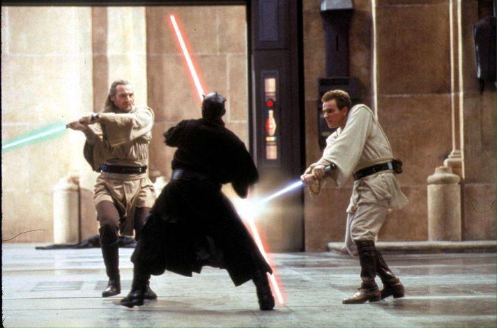 McGregor (t.h.) sést hér í hlutverki Obi-Wan Kenobi í The Phantom Menace.