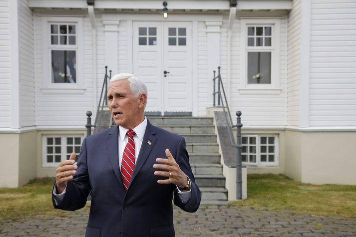Mike Pence, varaforseti Bandaríkjanna, ræðir við fjölmiðlamenn fyrir framan Höfða.