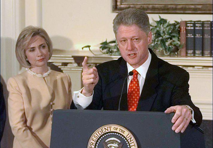 Hillary Clinton stendur hér við hlið manns síns Bill þegar hann tjáði sig um Monicu Lewinsky.