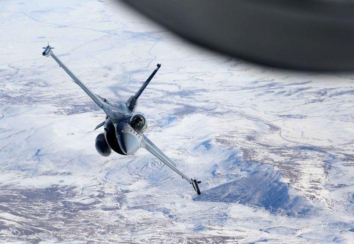 F16 orrustuþotu tyrkneska flughersins flogið yfir Tyrklandi.