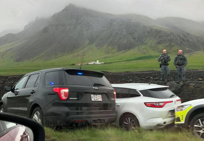 Mikið gengur á undir Esjunni núna og hafa umferðartafir skapast á Vesturlandsvegi en lögreglu tókst eftir eftirför að stöðva bíl þar nú rétt í þessu.