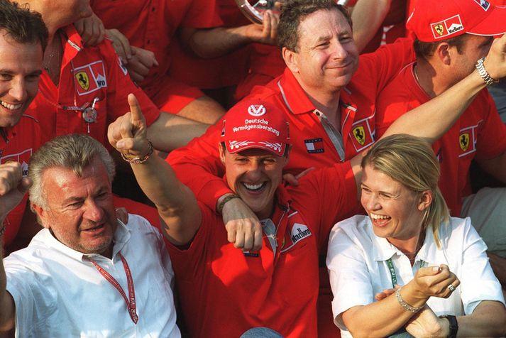 Michael Schumacher fagnar hér sigri með konu sína Corinnu á vinstri hönd.