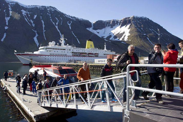 Ferðamenn af skemmtiferðaskipi stíga á land á Ísafirði.