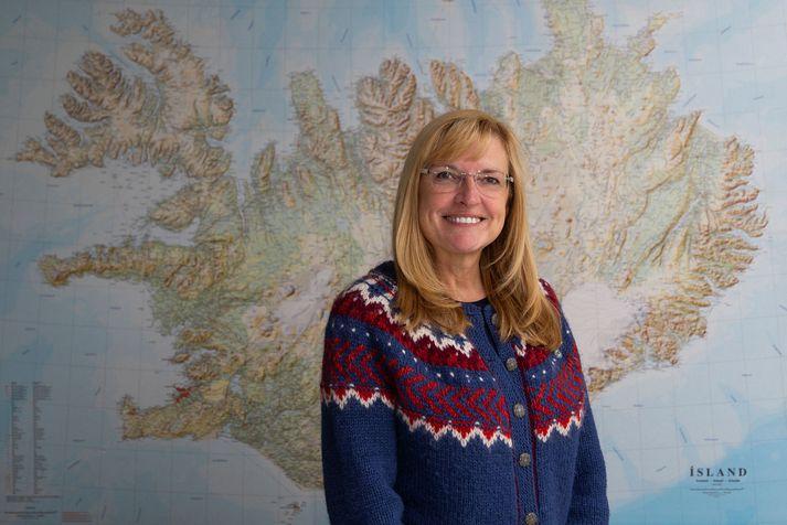 Sunna Furstenau við kort af Íslandi, landið sem hún hefur heimsótt 21 sinni og nýtur hverrar einustu heimsóknar.