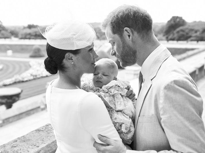 Meghan Markle, hertogaynjan af Sussex, heldur á Archie syni þeirra Harry Bretaprins.