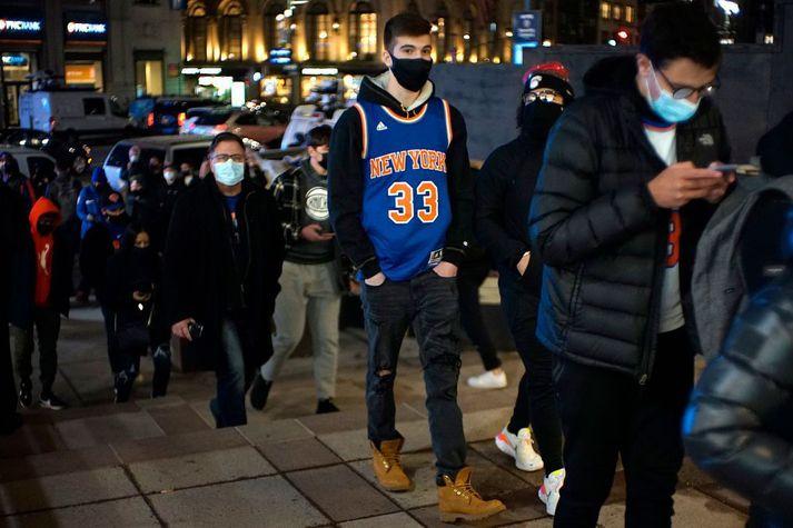 Áhorfendur sjást hér tínast inn í Madison Square Garden í New York á þriðjudag til að fylgjast með leik New York Knicks og Golden State Warriors. Var þetta í fyrsta skipti sem áhorfndur voru leyfðir í höllinni síðan faraldurinn skall á.