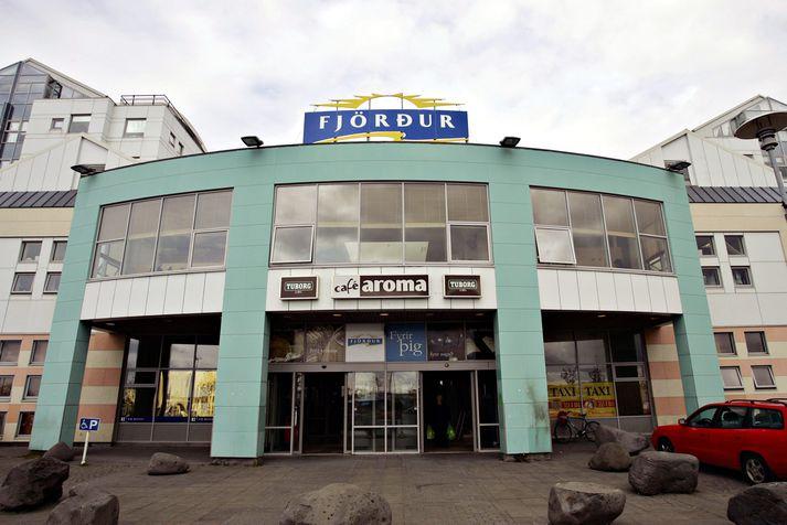 Veitingahúsið Silfur hefur verið lýst gjaldþrota og lykilrými Fjarðar horfir tómum eða brostnum augum út á sjálfan Hafnarfjörðinn.