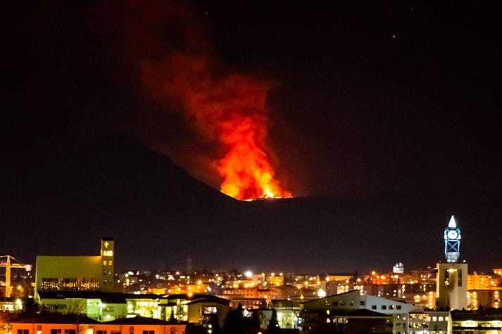 Bjarminn af eldgosinu á Reykjanesi yfir Garðabæ í nótt.