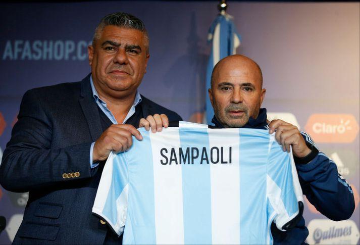 Tapia, sá stærri, er hér með Jorge Sampaoli, landsliðsþjálfara Argentínu.