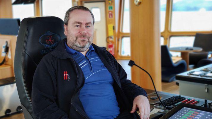 Albert Sveinsson skipstjóri í brúnni á Víkingi AK við bryggju í Reykjavík í dag.