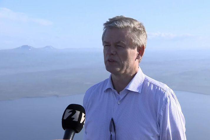 Jónas Egilsson, sveitarstjóri Langanesbyggðar, í beinni útsendingu í 719 metra hæð ofan af Gunnólfsvíkurfjalli. Finnafjörður og Langanesströnd eru fyrir neðan.