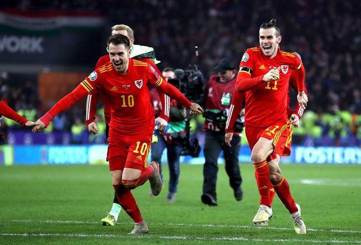 Aaron Ramsey og Gareth Bale fagna saman með velska landsliðinu á Cardiff City Stadium í undankeppni EM 2020.