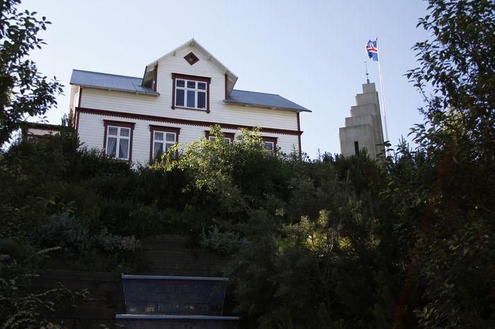 Ákvörðun um sölu Sigurhæða hefur valdið úlfúð á Akureyri.