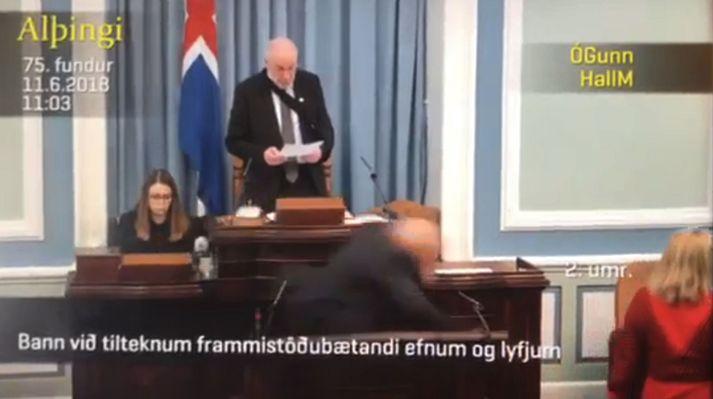 Önnur umræða um bann við tilteknum frammistöðubætandi efnum og lyfjum stóð yfir í þinginu þegar Páll hrasaði.