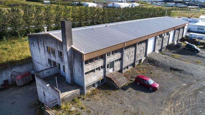 Byggingin í Borgarnesi þar sem brotist var inn um nótt í eitt húsbilið til að stela tölvum úr gagnaveri.