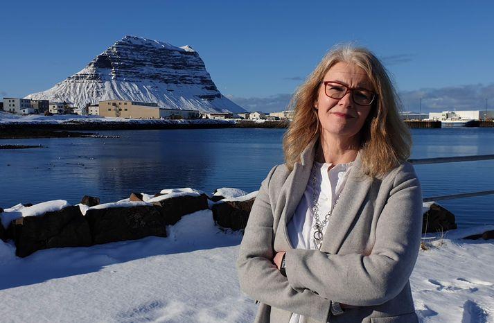Björg Ágústsdóttir, bæjarstjóri Grundarfjarðar, með fjallið fræga í bakgrunni.