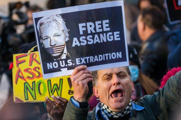 Assange er sagður við afar bága heilsu en hann situr enn í bresku fangelsi og mun gera það þar til endanlegur úrskurður í framsalsmálinu liggur fyrir.