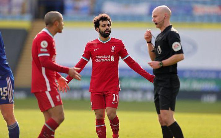 Thiago og Salah ósáttir við Anthony Taylor í dag.