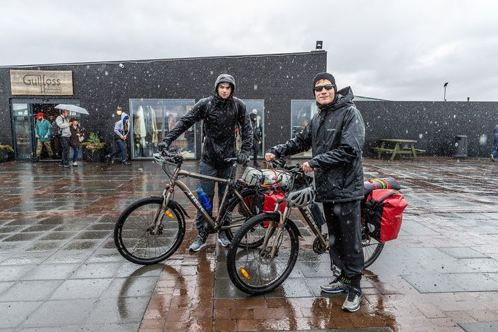 Jacob Stasso og Cole Truant, kanadískir námsmenn á nítjánda ári, í rigningunni fyrir utan þjónustuðmiðstöðina við Gullfoss.