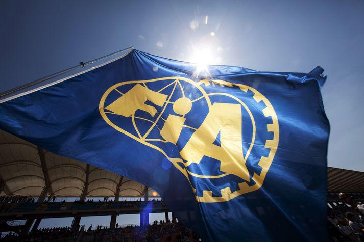 Fáni Federation Internationale de L'Automobile (FIA) blaktir í aksturskeppni á vegum sambandsins.