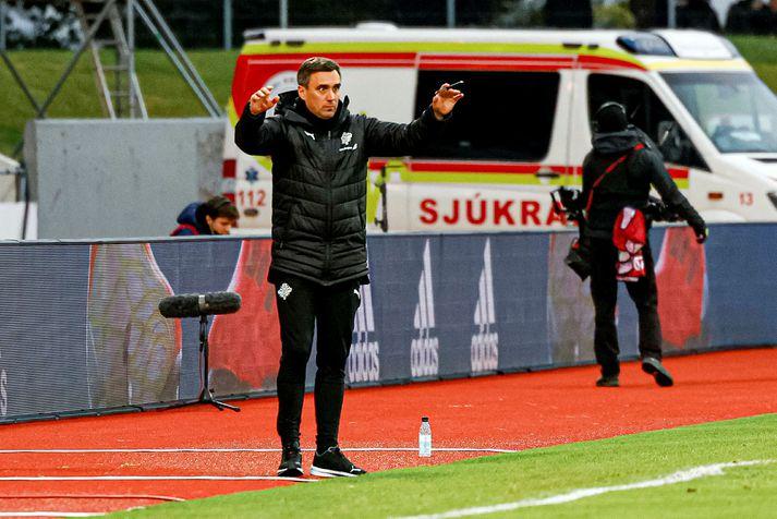 Arnar Þór Viðarsson á hliðarlínunni á Laugardalsvelli í 0-4 tapinu fyrir Þýskalandi.