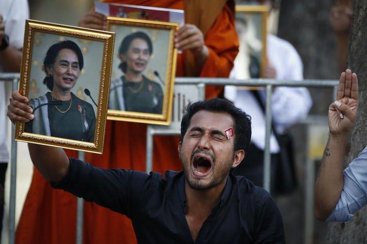 Mótmælandi heldur á mynd af Aung San Suu Kyi sem herinn steypti af stóli í byrjun febrúar. Herinn sakar Suu Kyi um stórfellda mútuþægni.