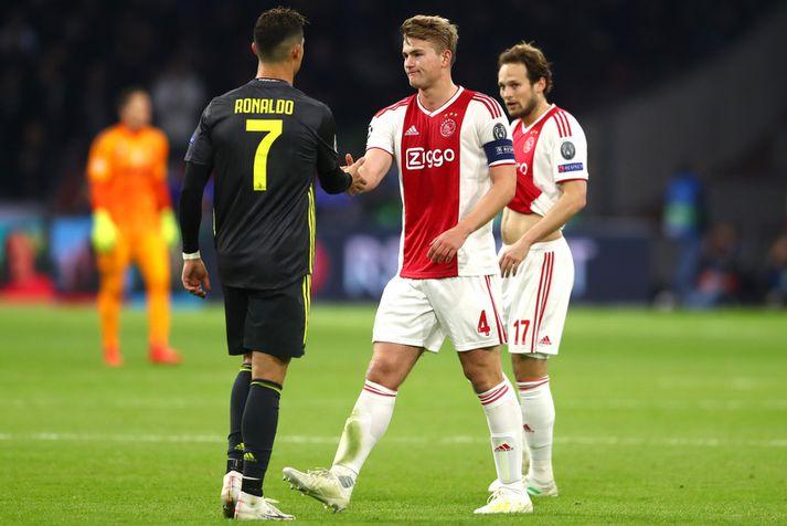 Cristiano Ronaldo og Matthijs de Ligt eftir leik Juventus og Ajax í Meistaradeildinni í vetur.