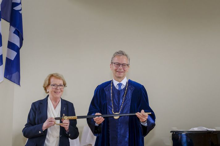 Vigdís Finnbogadóttir, fyrrum forseti Íslands, afhendir Jóni Atla Benediktssyni, rektor Háskóla Íslands, sverðið.