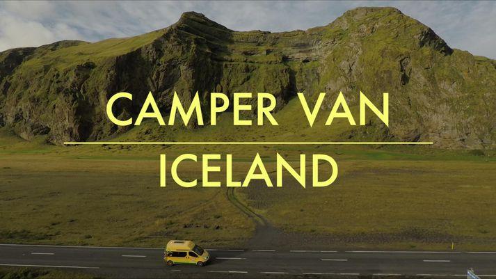 Brunandi á Happy Camper um þjóðvegi landsins.