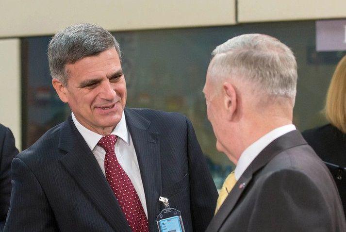 Stefan Yanev heilsar James Mattis, þáverandi varnarmálaráðherra Bandaríkjanna, á NATO-fundi árið 2017.