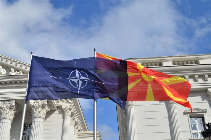 Fánar NATO og Norður-Makedóníu blakta hlið við hlið í höfuðborg ríkisins, Skopje.