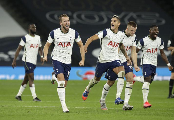 Tottenham fagnar því að Mount hitti ekki markið í síðustu spyrnu Chelsea.