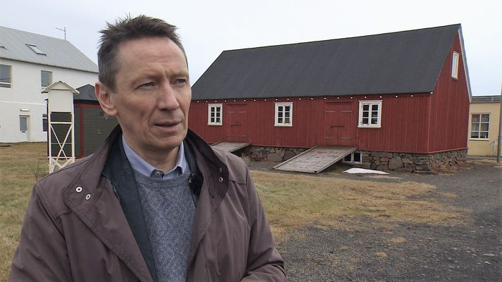 Valdimar O. Hermannsson sveitarstjóri við Hillebrandtshús, elsta húsið á Blönduósi.