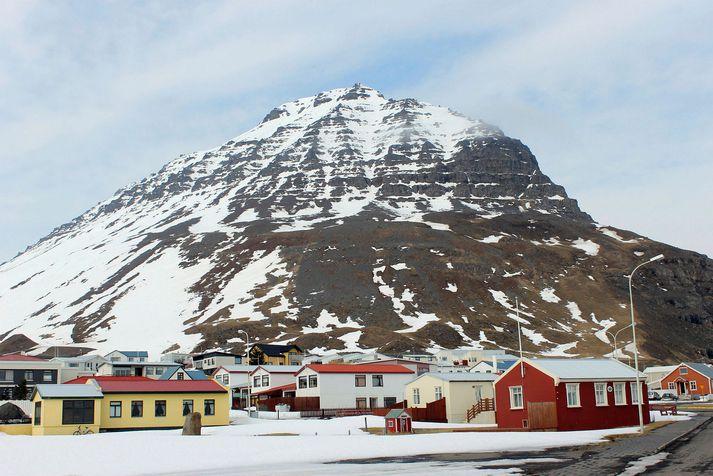 Traðarhyrna gnæfir yfir Bolungarvík.