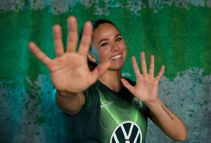Sara Björk Gunnarsdóttir bregður á leik í myndatöku Wolfsburg fyrir Meistaradeildina.