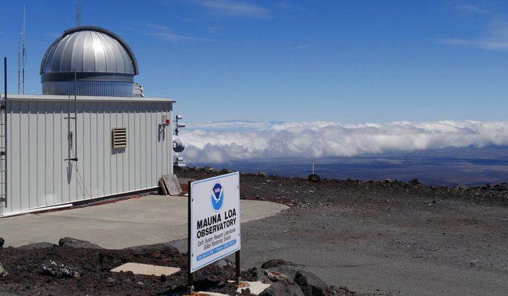 Mauna Loa-veðurathuganastöð NOAA á tindi hæsta fjalls Havaí. Þar hefur styrkur koltvísýrings verið mældur frá því á 6. áratug síðustu aldar. Hann hefur aldrei mælst hærri en nú.