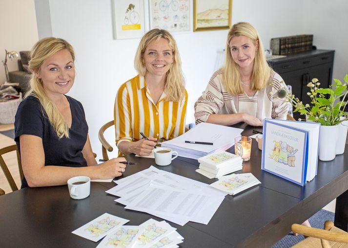 Ragnheiður, Alexandra og Fjóla Ósk sátu við að skrifa á umslög og handskrifa kort til leikskólanna .
