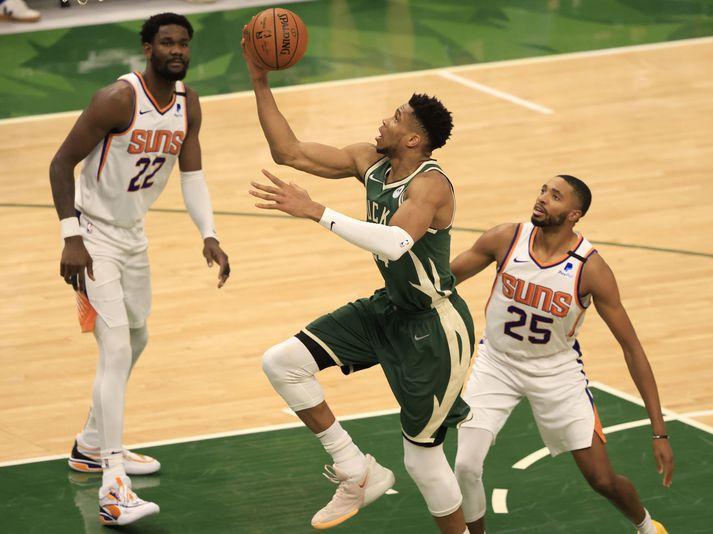 Giannis Antetokounmpo hefur skorað samtals 83 stig í síðustu tveimur leikjum í úrslitum NBA-deildarinnar.