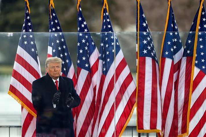 Donald Trump ávarpaði mótmælafundinn í dag. Nokkrum klukkustundum síðar hafði hópur viðstaddra ruðst inn í þinghúsið og hófst í kjölfarið ótrúleg atburðarás, bæði í þingsal og á samfélagsmiðlum.
