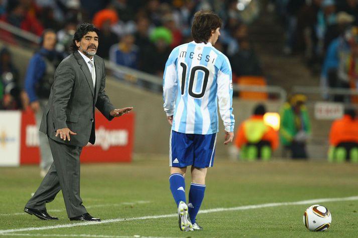 Maradona á hliðarlínunni að ræða við Messi á HM 2010 í Suður-Afríku.