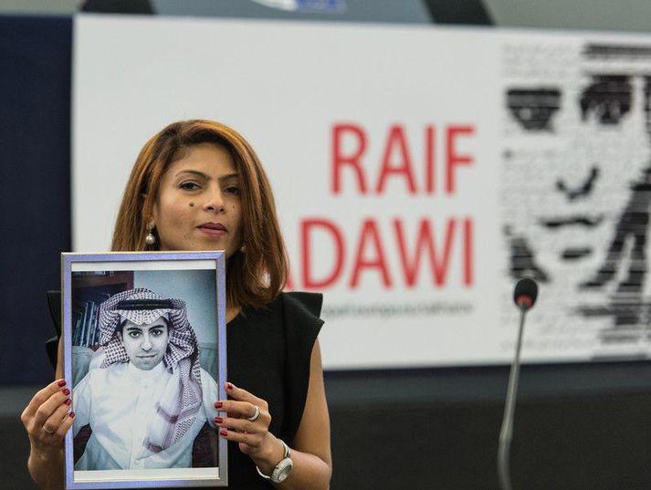 Raif Badawi var dæmdur fyrir tölvuglæpi og að hafa smánað Íslam og átti að fá 1.000 svipuhögg fyrir glæpina.