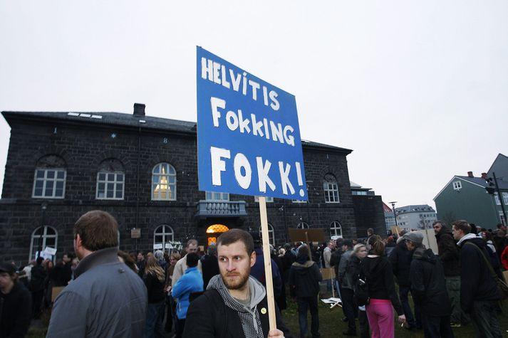 Frá mótmælum á Austurvelli í nóvember 2008. Skilaboðin á skilti mótmælandans súmmeruðu upp að mati margra hvernig landsmönnum leið á fyrstu vikunum og mánuðunum eftir hrunið í október.