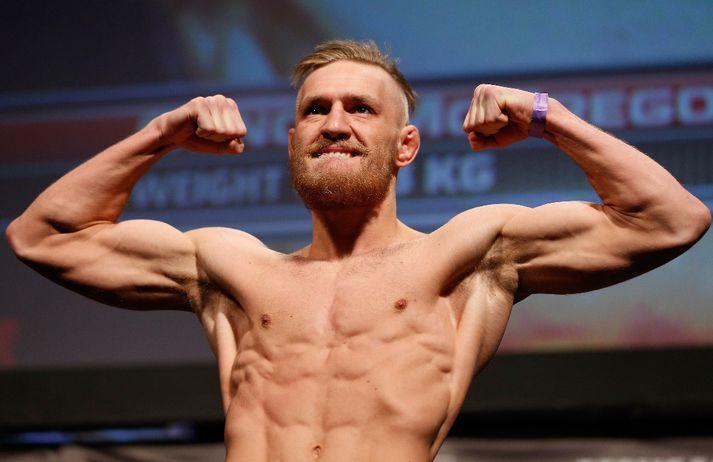 Ungur Conor á vigtinni hjá UFC.