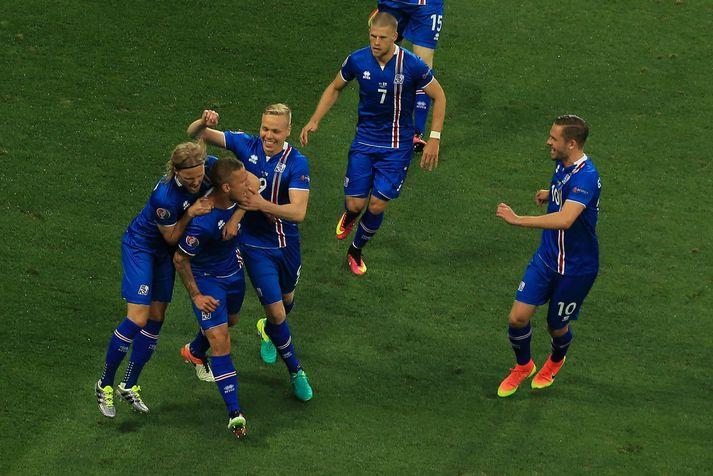 Íslensku strákarnir fagna marki Ragnars Sigurðssonar á móti Englandi á EM 2016.