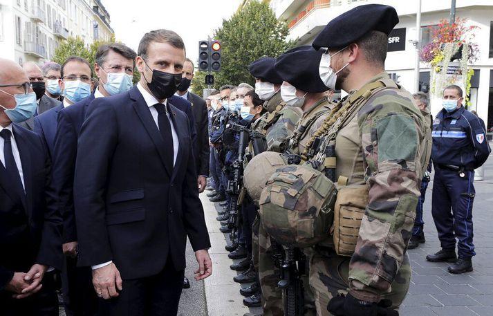 Emmanuel Macron forseti með hermönnum á vettvangi í Nice.